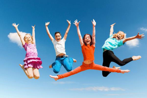 ילדים קופצים ומאושרים